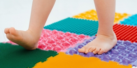 چگونه کاردرمانی به کودک با اختلال پردازش حسی کمک میکند؟